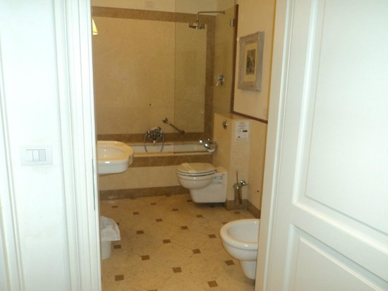 Hotel Executive Florence: Spacious bathroom