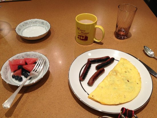 Munro Manor Lodging & Event Center : Omelette and Sausage and Fresh Fruit