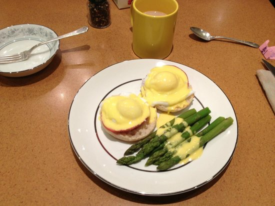 Munro Manor Bed and Breakfast: Eggs Benedict and Asparagus