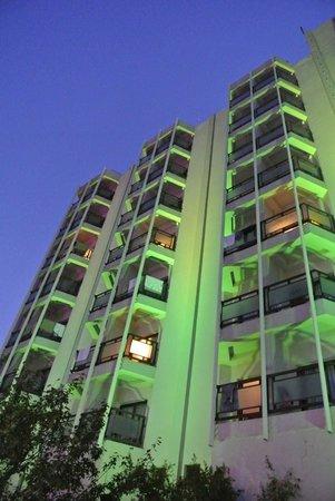 Blue Vista Hill Hotel: vue de nuit de l'hôtel