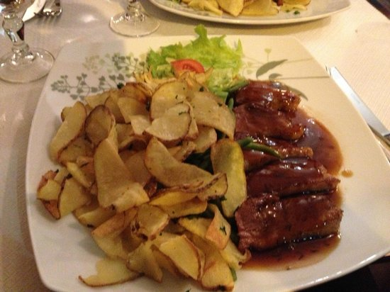 LE RELAIS GASCON : Duck with honey sweet sauce entree with AMAZING potato chips