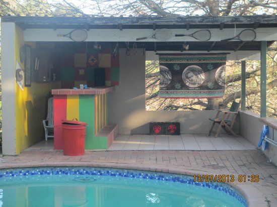 Bombaso's Backpackers Swaziland: Outside pool and bar area