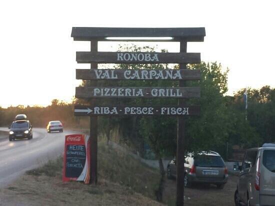 Val Carpana: bord langs de weg