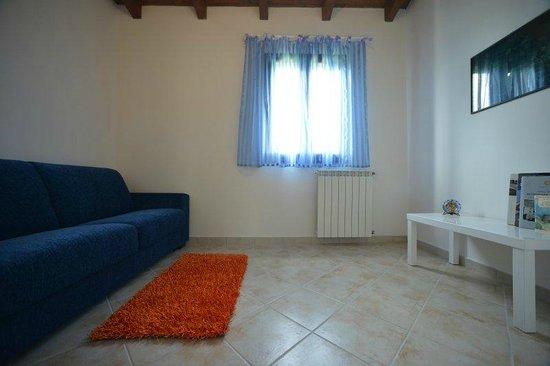 appartamento MIJDIA camera con divano letto: fotografía de Nit i Dia ...