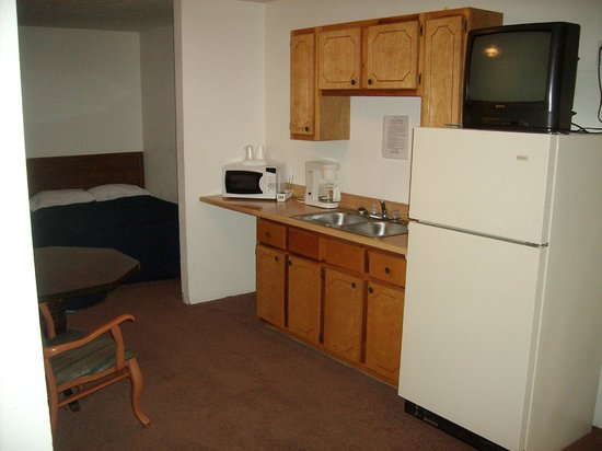Ren Cass Motel: Kitchenette with Full Size Refrigerator, Microwave, Coffee Pot, Full Sink, Cabinets and TV (View