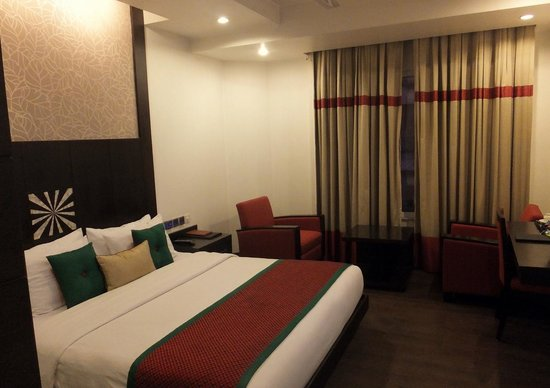 Hotel Godwin Deluxe: comfortable bed with modern furnished