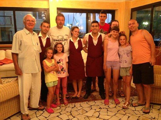 Hotel Lungomare: Famiglia con personale sala ristorante