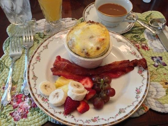 Bisland House Bed and Breakfast: The sausage soufflé was amazing!