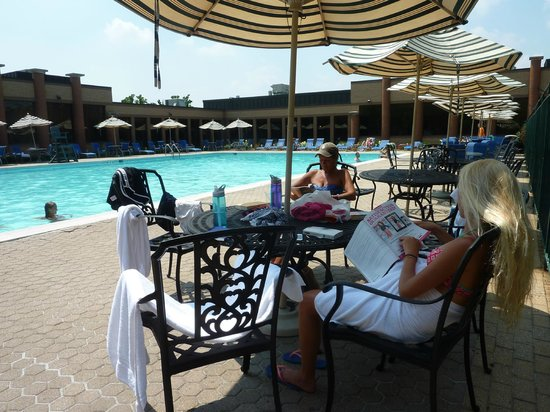 Holiday Inn Solomons Conference Center and Marina: Larger pool than expected, with beverage service