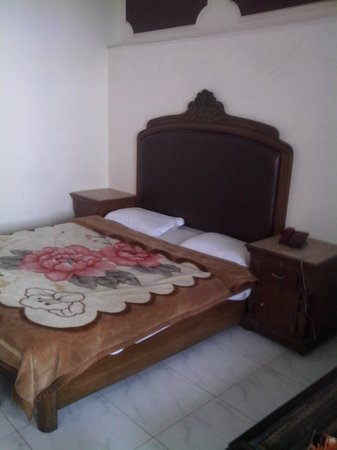 Monarch Hotel: bed room