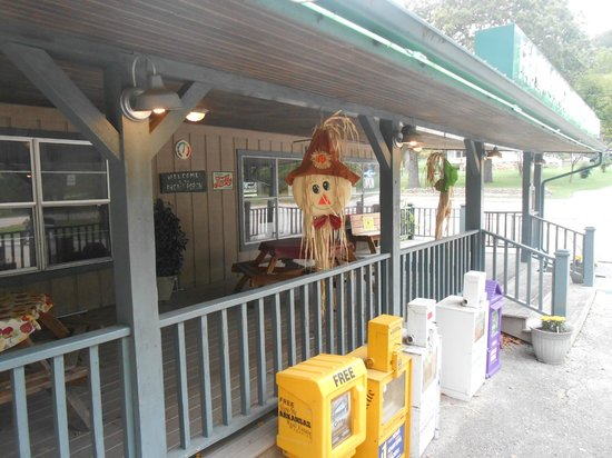 Front Porch Restaurant: Scenic Front Porch