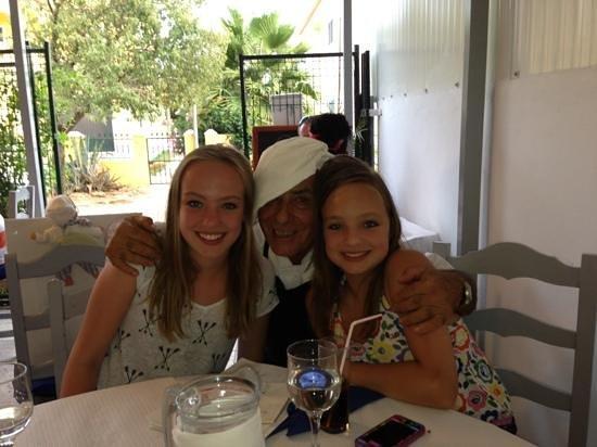 Camillo's Italian Restaurant : camillo met mijn dochters, ongelooflijk aardige kerel