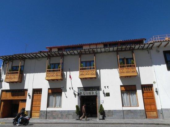 Hotel Ruinas: Vorderfront des Hotels