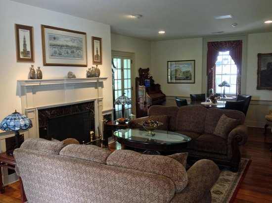 Silverstone Inn & Suites: Living room