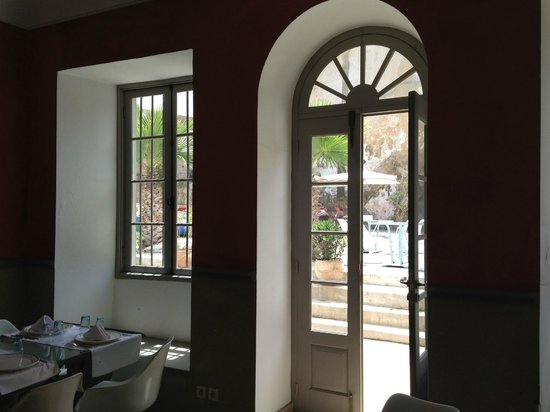 Hotel L'Iglesia : Restaurant view onto the outside walled courtyard