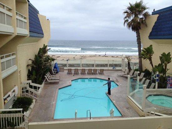 Blue Sea Beach Hotel : overlooking pool