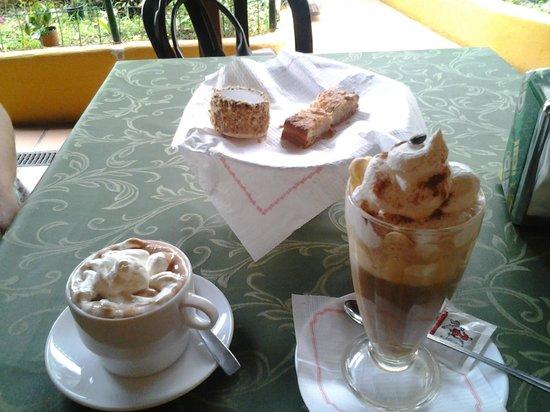 Restaurante Casa Egón - Confitería y Café Taoro : Café Glacé, chocolate glacé, tambor de chocolate y almendrado.