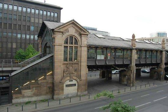 Novum Hotel City B Berlin Centrum: Subway station across the street