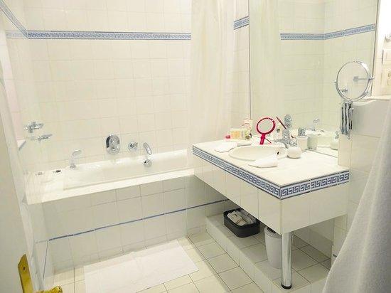 Jays Paris: Huge bathroom, Fantasie Suite