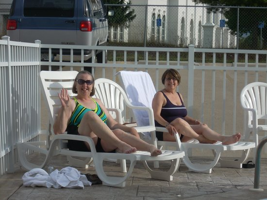 Savannah House Hotel: My wife and Sister in Law at the Savannah pool.