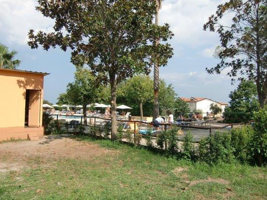 Villaggio Club La Feluca: zona relax vicino la piscina