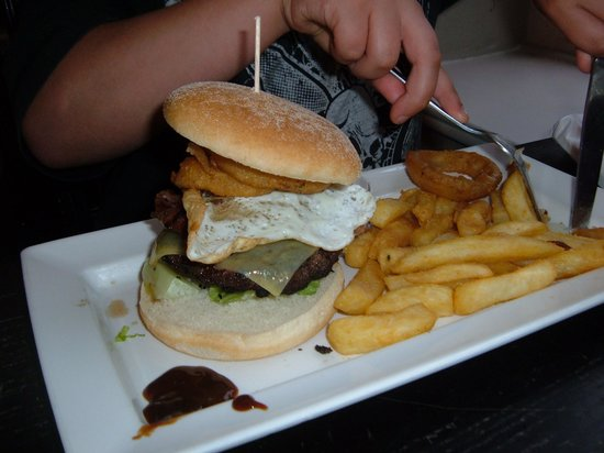 Duke of Wellington Hotel: Now that is what you call a burger and chips!