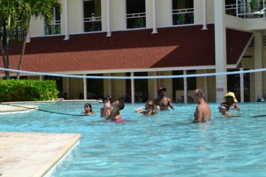 Breezes Resort & Spa Bahamas: Pool Volleyball