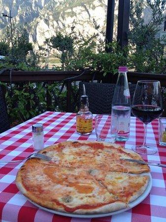 Hotel Baia di Pare: pizza and wine at restourant