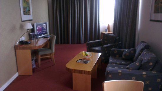 Ramada Hotel & Suites Coventry: Living room