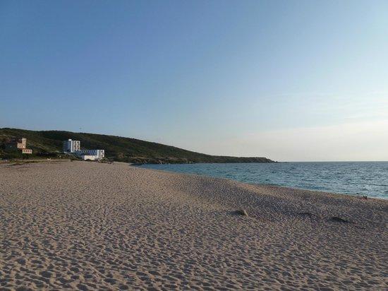 Le Lido : La plage derrière l'hôtel (vue de la terrasse)