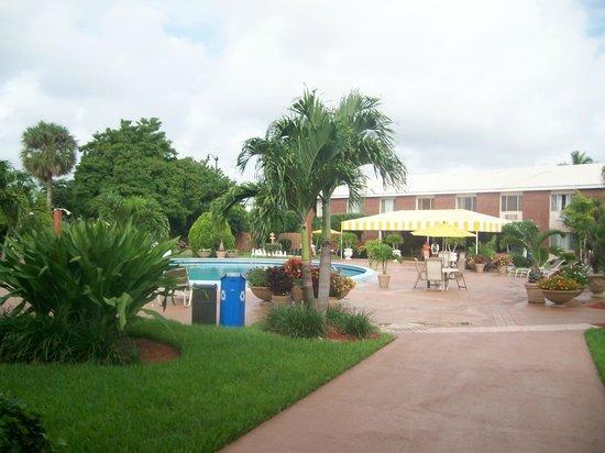 Best Western Palm Beach Lakes Inn: Courtyard with pool area