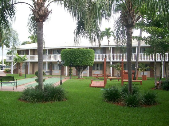 Best Western Palm Beach Lakes Inn: Courtyard with playground/games