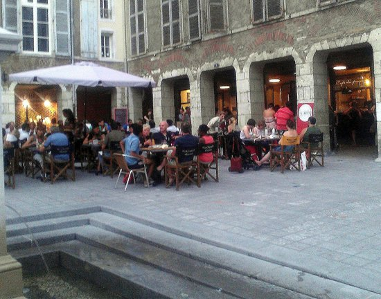 café du passage : trop de monde en terrasse : manque d'intimité