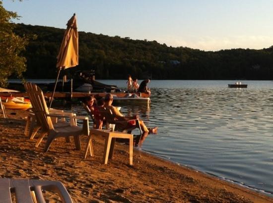 Auberge Tremblant Onwego Inn: vista dalla spiaggetta del lago!