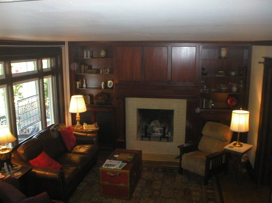 The 1828 Trail Inn : Living room from stairs