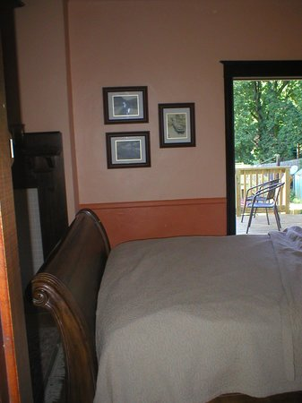 The 1828 Trail Inn : Canal room view to deck