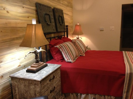 Young Life's Trail West Lodge: Bedrooms are beautifully appointed and comfortable
