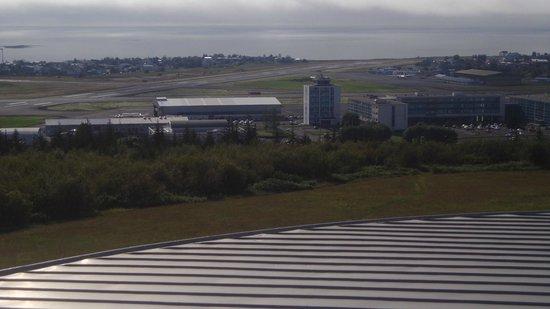 Icelandair Hotel Reykjavik Natura: Vista del hotel y del aeródromo desde La Perla