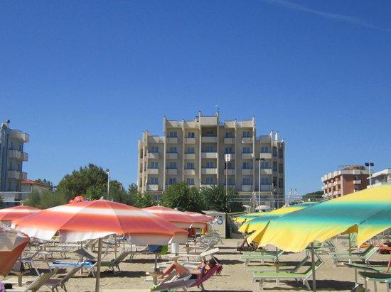Hotel Life: vista dalla spiaggia