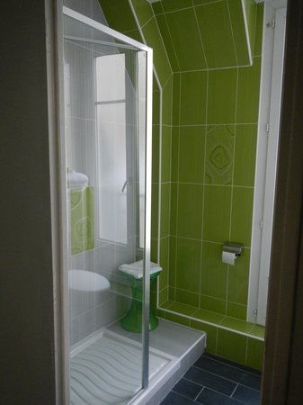 Hotel Glasgow Monceau : Triple Room:  Nice Stand Up Shower