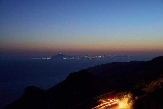 Villa Kalamiotissa: Night view of Santorini from the terrace