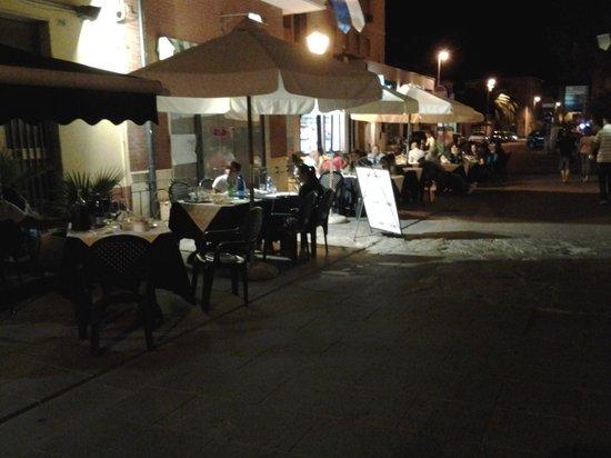 Zenith: i tavolini fuori all' aria aperta di fronte alla piazza