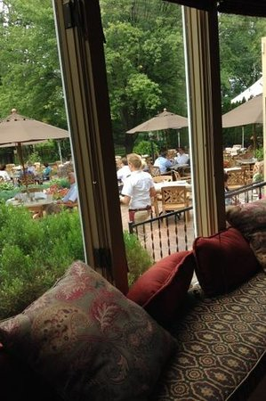 Welshfield Inn: Patio Dining
