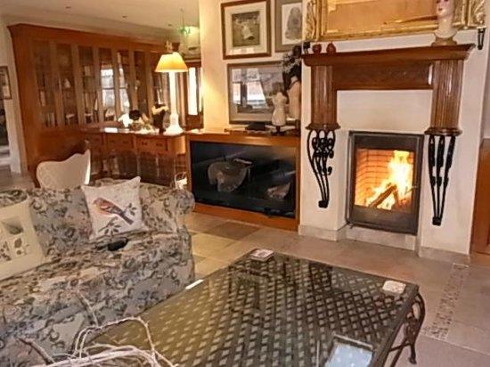 Albertines Beechworth: log fire in lounge area