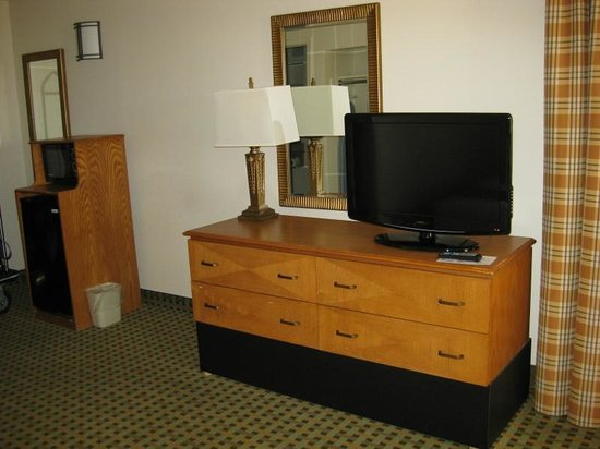 Holiday Inn Express Hotel & Suites Kingman : Large poor quality HD television with mini-fridge and microwave