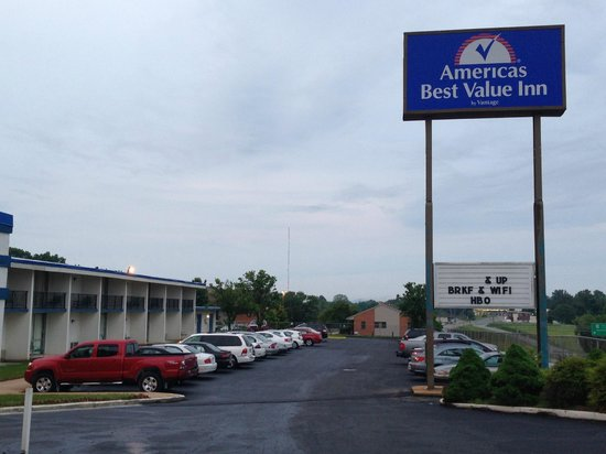 Americas Best Value Inn: Hotel's Parking