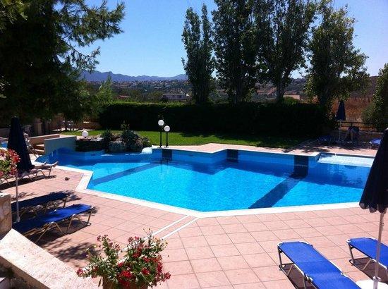 Alianthos Suites: Pool area