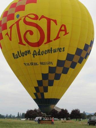 Vista Balloon Adventures: Volunteers help you depart and land
