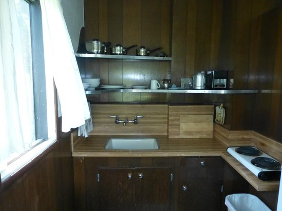 Lake Elowin Resort: Simple kitchen with everything you'd ever need