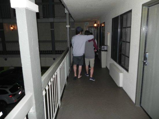 BEST WESTERN Airport Plaza Inn: Sacada que rodeia a garagem, no 1º andar.